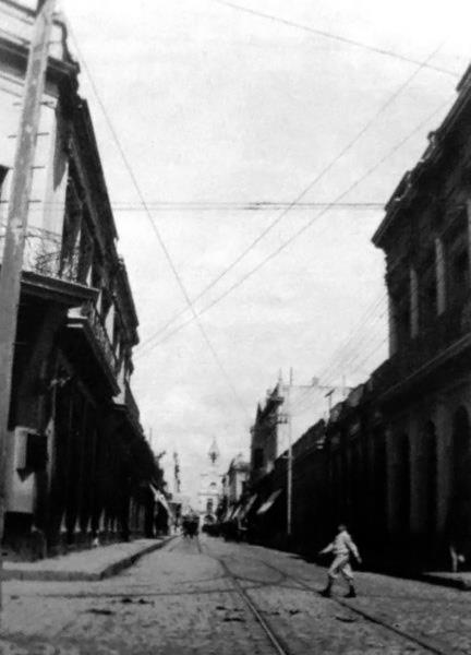 Calle San Martín, tomada desde la calle Colón y al fondo se observa el Cabildo 1900