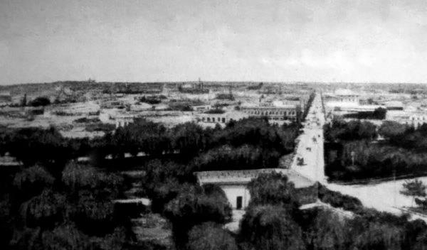 Desde los Altos del Sur se aprecia el murallón de las arcadas del Mercado Sur. Año 1910