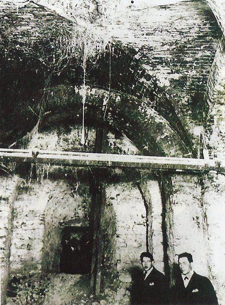 Fotografia (del año 1924) de la cripta del noviciado, situado bajo la interseccion de la Av. Colón y Rivera Indarte