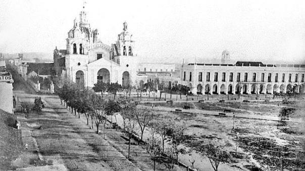 Iglesia Catedral y a la derecha el Cabildo de Córdoba, frente a la Plaza Central (hoy plaza San Martín) en 1871