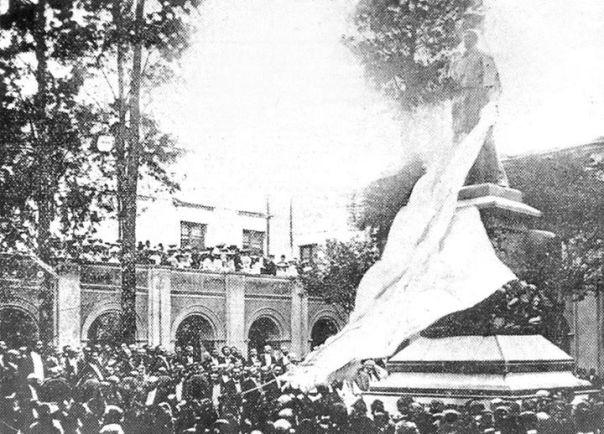 La estatua de fray Fernando de Trejo y Sanabria, en el patio de la Universidad, inaugurada el 8 de Diciembre de 1903
