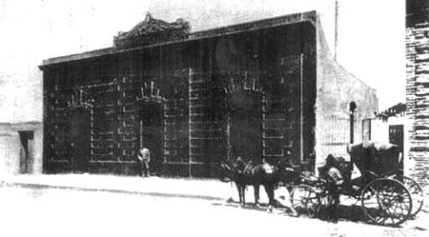La primer usina a vapor para la producción de electricidad, ubicada en calle Tucumán entre Progreso (hoy La Tablada) y Coronel Cuenca (hoy Humberto primo) 1890