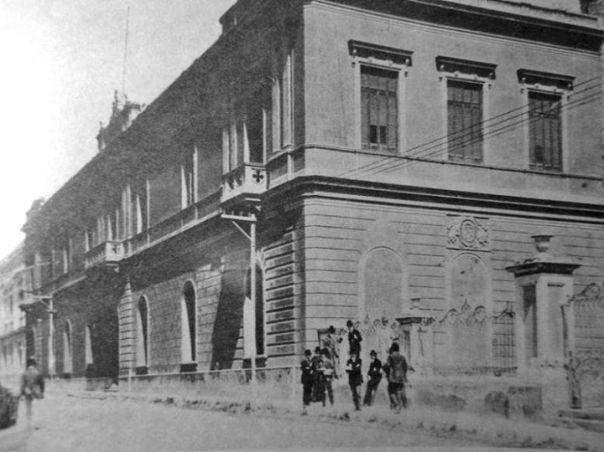 La Universidad Mayor de San Carlos junto a la Compañia de Jesus en el año 1899