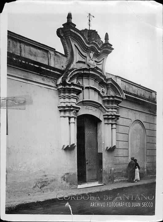 Portal de ingreso al Convento de las Teresas, Monasterio de San José de las Hermanas Carmelitas Descalzas, ubicado en calle Independencia al 100.