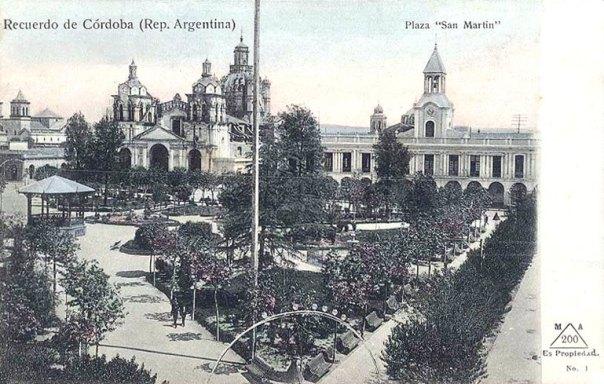 Postal de época de la Plaza San Martin, con vista de la Catedral y el cabildo cuando aún conservaba su torre