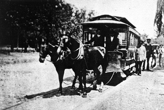 Tranvía cerrado tirado por caballos, circulando por el barrio San Vicente a finales del siglo XIX.