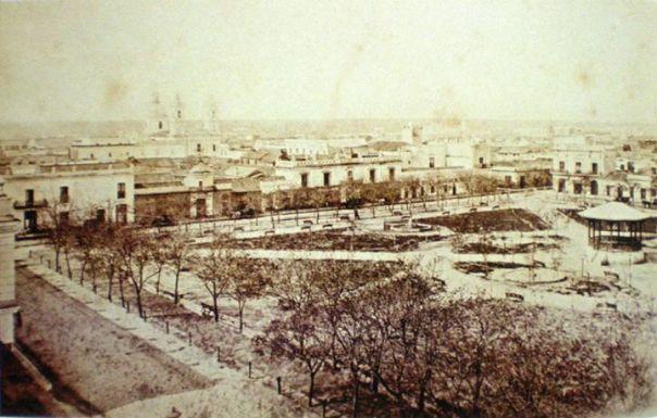 Una vista de la plaza San Martin, desde la Catedral en dirección a Rosario de Sta. Fe y Rivadavia, a fines del siglo XIX