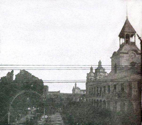 Una vista del Cabildo cuando aún conservaba su torre, a fines del siglo 19