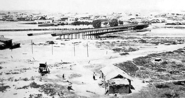 Vista desde el norte de la ciudad durante la construcción del Puente Juárez Celman, que conectaría el centro con Cofico y Alta Córdoba -llamados Altos del Norte-.